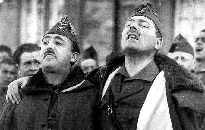 Francisco Franco y José Millán Astray abrazados mientras entonan cánticos legionarios, en instantánea realizada por Bartolomé Ros (1906-1974) en el norte de Africa.
