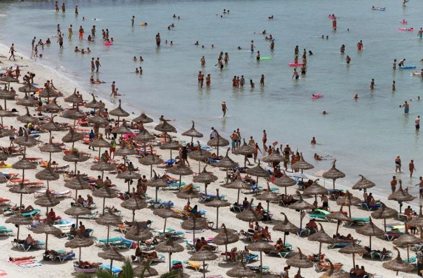 Turistas en la playa del Arenal, en Palma de Mallorca. REUTERS