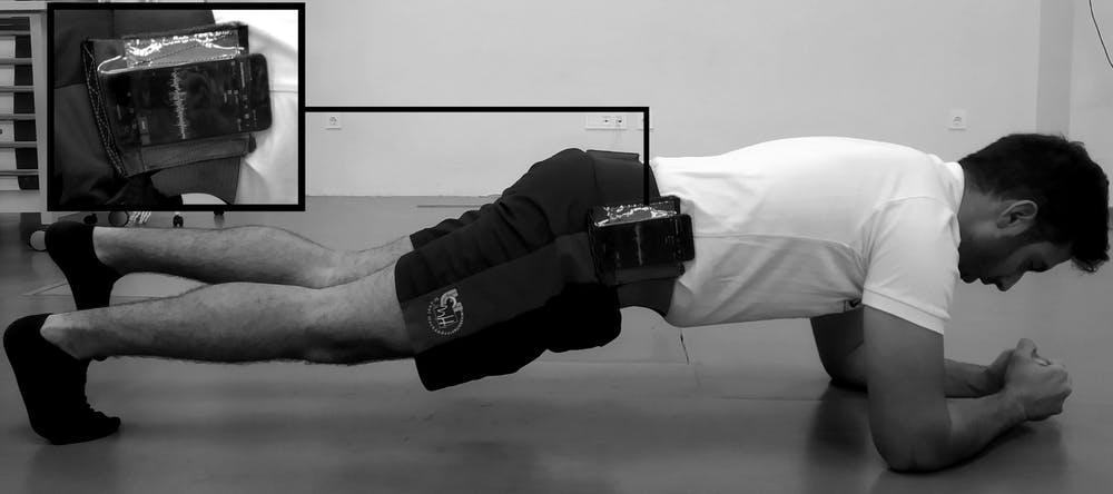 Figura 3. Plancha frontal unipodal con acelerometría integrada en un smartphone. Laboratorio de Biomecánica y Salud, Author provided