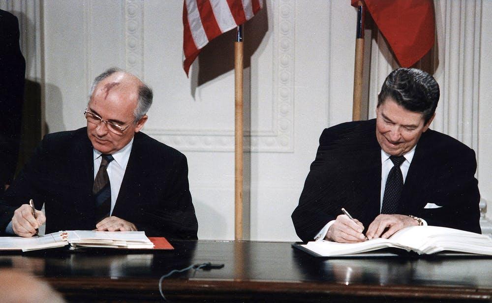 Mijaíl Gorbachov (izquierda) y Ronald Reagan (derecha) firmando el Tratado INF. The Ronald Reagan Library/Wikimedia Commons