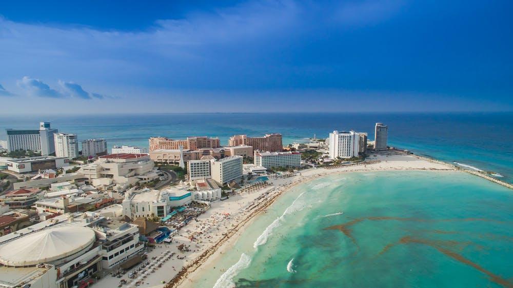 Cancún, México, es un destino turístico de clase mundial, ubicado unos pocos kilómetros de pueblos maya tradicionales. Dronepicr/Wikicommons, CC BY
