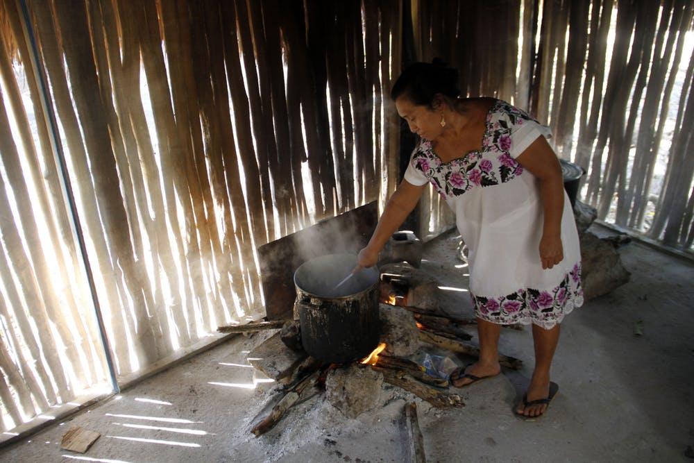 Muchos mayas de la península de Yucatán aún visten, cocinan y viven de una manera tradicional. AP Photo/Israel Leal