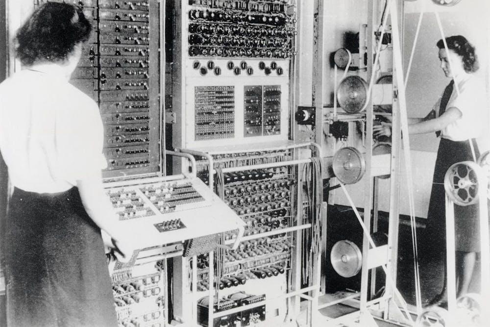Ordenador Colossus Mark 2 operado por Dorothy Du Boisson (izquierda) y Elsie Booker (derecha), 1943. Wikimedia Commons