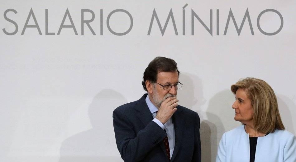 Mariano Rajoy con Fátima Bañez, en el acto de la firma con sindicatos y empresarios del acuerdo para la revalorización del SMI, en diciembre de 2016. EFE