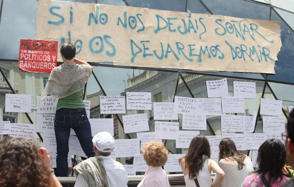 Pancartas y carteles en la entrada del Metro en la Puerta del ol durante la concentración del 15-M. PÚBLICO