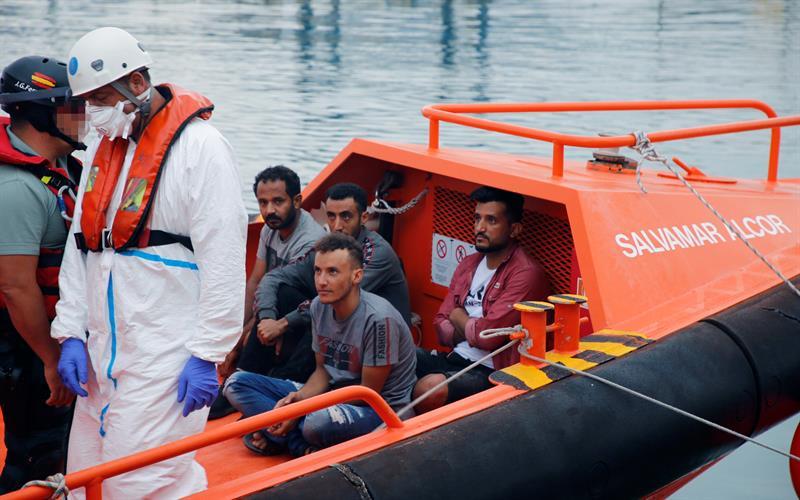 Cuatro inmigrantes son trasladados a Melilla por Salvamento Marítimo y la Guardia Civil tras llegar a las islas Chafarinas. EFE/ F.G. Guerrero