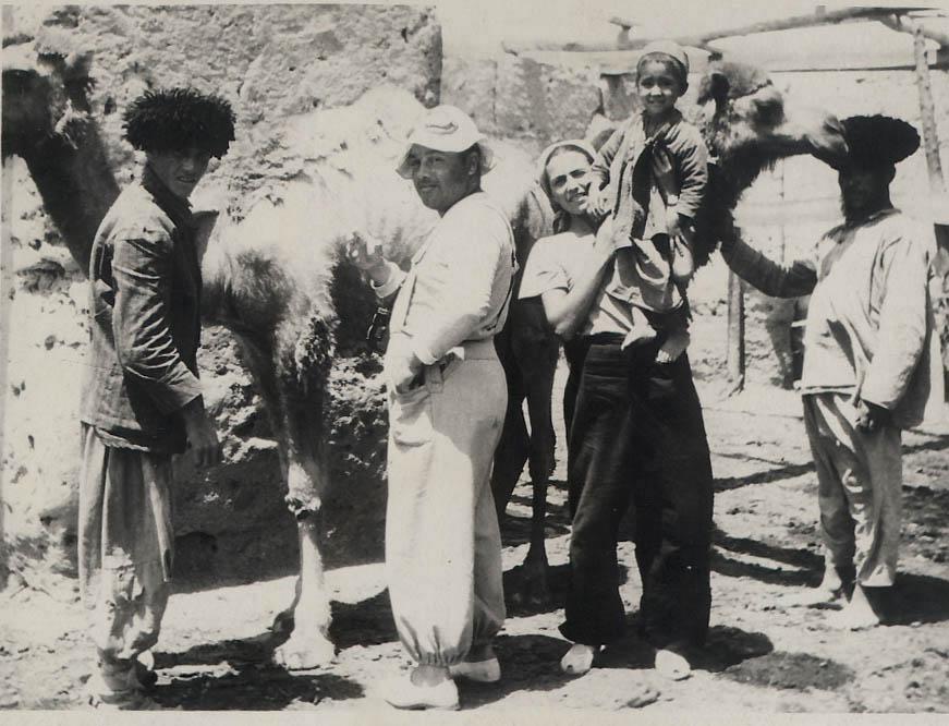 Vicenta Llorente (sostiene en brazos al hijo de un nativo) durante una expedición científica por el desierto de Karakum (Turkmenia), recogiendo parásitos de los camellos. Junto a ella, aparece el médico Emilio Kerbabayev. Imagen proporcionada por José Ignacio López-Colón.