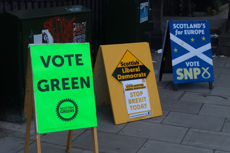 Propaganda electoral del Green Party, The Liberal Democrats y del Scottish National Party en las inmediaciones de un colegio electoral durante las elecciones europeas de 2019 en Edimburgo. Thomas Feige / Shutterstock