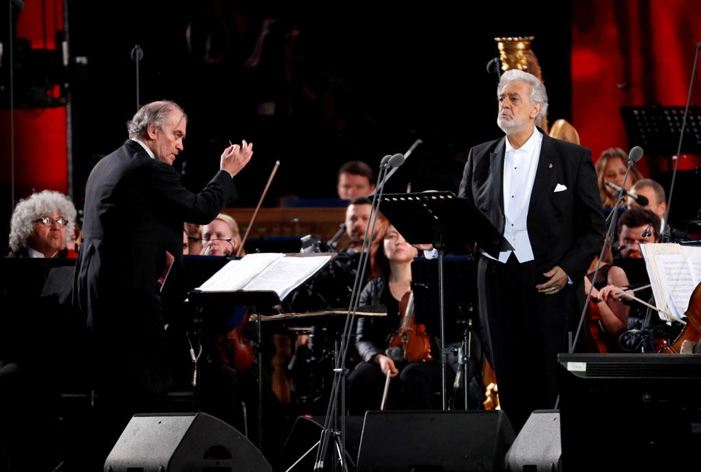 El tenor español Plácido Domingo y el director de orquesta ruso Valery Gergiev, en un concierto en la Plaza Roja en Moscú, en junio de 2018. REUTERS/Sergei Chirikov