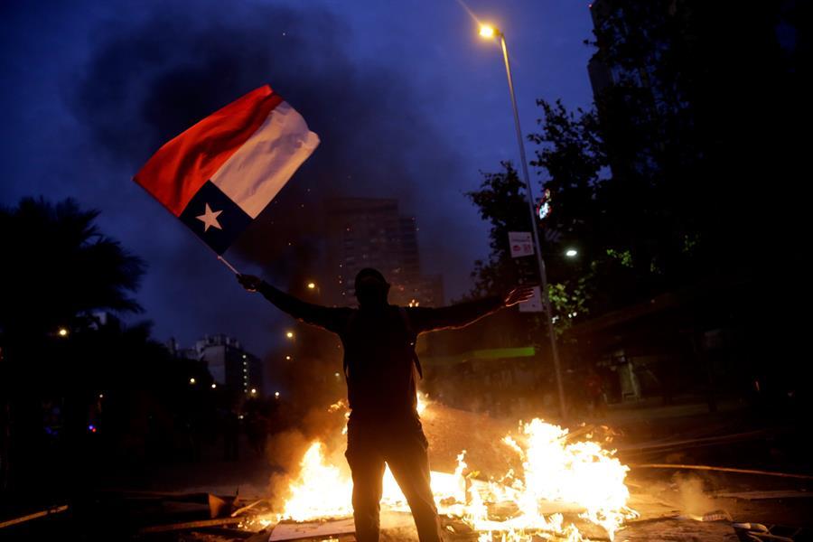 Manifestantes protestan durante una nueva jornada de movilizaciones en contra del Gobierno de Chile frente al Palacio de La Moneda en Santiago (Chile). EFE/Fernando Bizerra Jr.