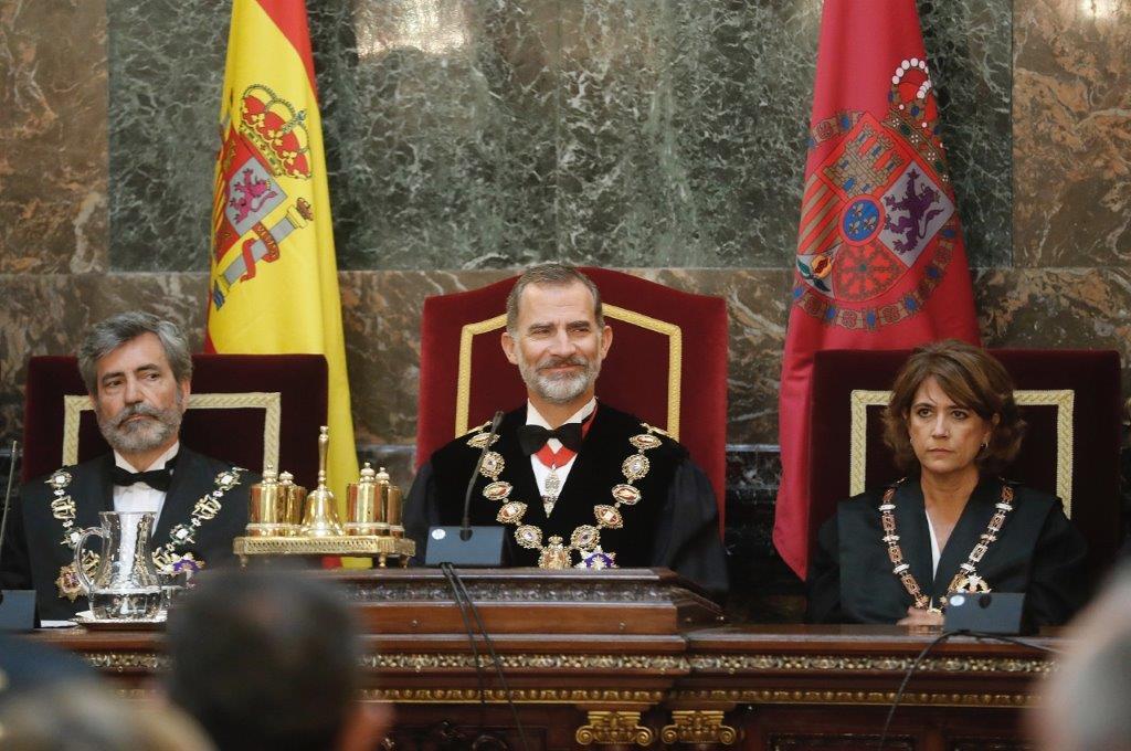 El rey Felipe VI, entre el presidente del CGPJ, Carlos Lesmes, y la ministra de Justicia, Dolores Delgado, en la ceremonia de apertura del Año Judicial, en el Tribunal Supremo EFE/Angel Díaz