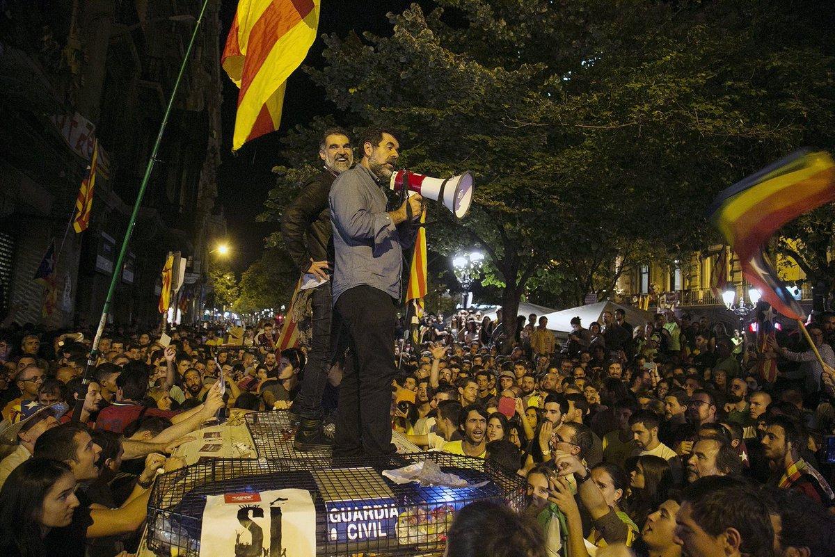 Jordi Sánchez y Jordi Cuixart se dirigen a los concentrados subidos al coche de la Guardia Civil la noche del 20-S de 2017. EUROPA PRESS