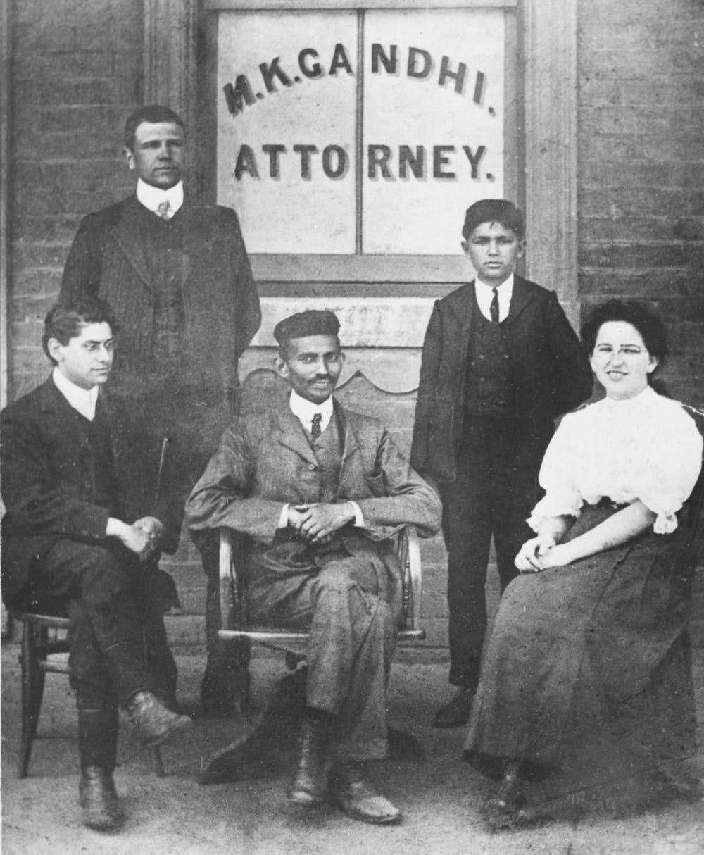 Gandhi, en el centro, en su bufete de abogados en Johannesburgo (Sudáfrica) in 1902. AP Photo