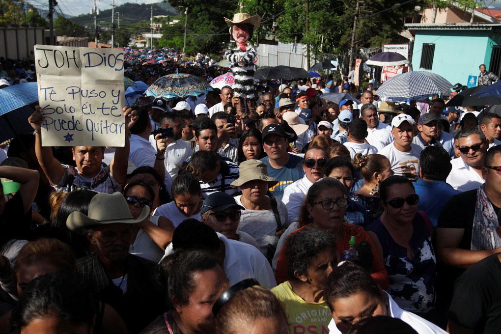 Manifestación de apoyo al presidente de Honduras, Juan Orlando Hernández, acusado de proteger a su hermano Juan Antonio 'Tony' en un caso de cotnrabando de cocaína a los EEUU, en Tegucigalpa. REUTERS / Jorge Cabrera