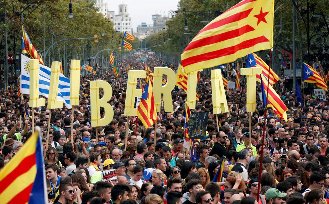 Participantes en las Marchas por la Libertad, en el Paseo de Gracia, de Barcelona. REUTERS/Albert Gea