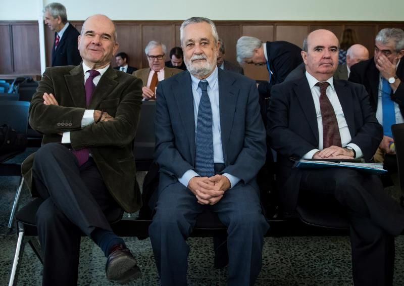 Los expresidentes socialistas Manuel Chaves (i) y José Antonio Griñán (c), y el ex consejero de Presidencia Gaspar Zarrías (d), en el banquillo del juicio de los ERE, en la Audiencia de Sevilla. EFE/Raúl Caro/