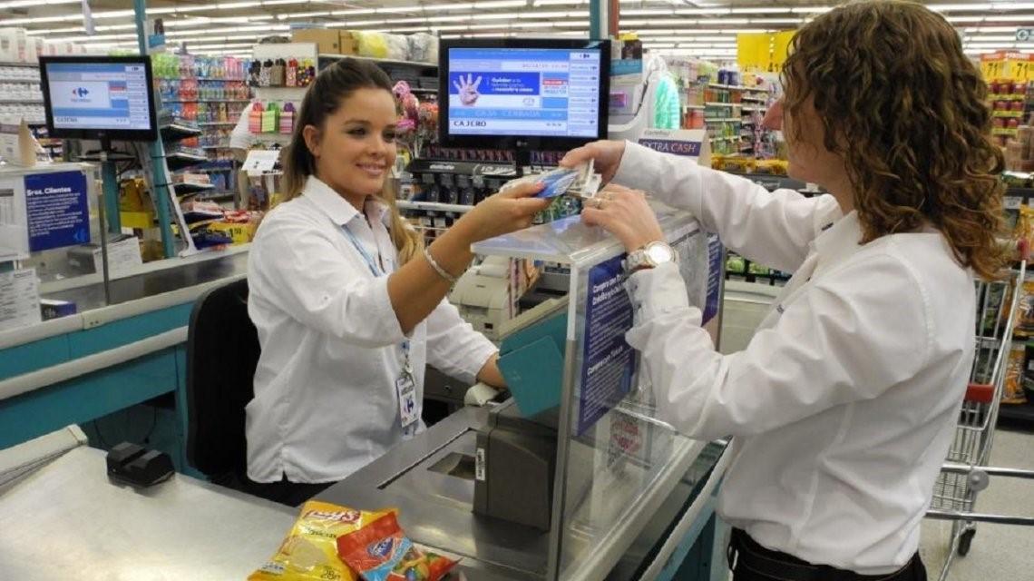 Una mujer en una caja de un supermercado.