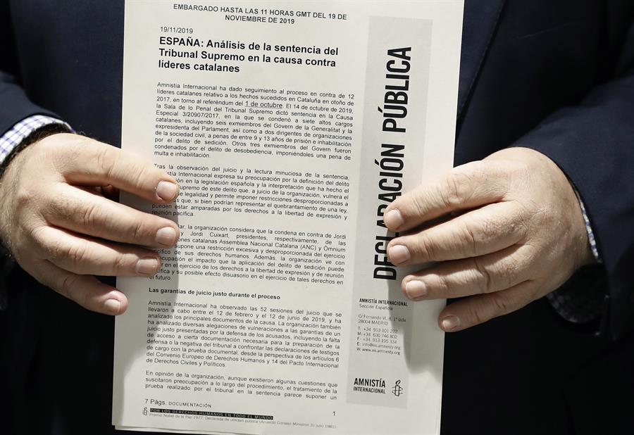 El director de Amnistía Internacional España, Esteban Beltrán, sostiene el informe de la ONG que cuestiona las penas de prisión impuestas a los políticos y líderes de entidades independentistas por el caso del 'procés'. EFE/ Andreu Dalmau