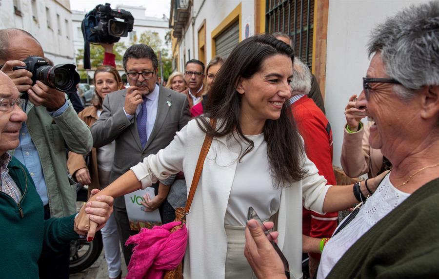 La presidenta de VOX en la Comunidad de Madrid, Rocío Monasterio (c), y el líder de Vox en Andalucía, Francisco Serrano (i), frente a un centro de menores del barrio de la Macarena de Sevilla. EFE/Julio Muñoz