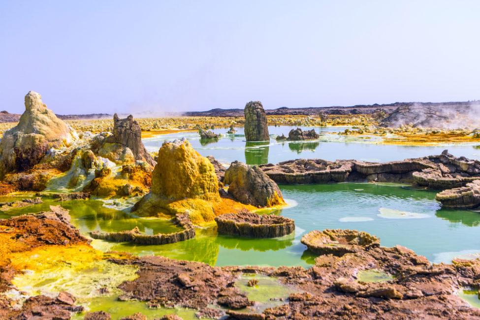 Charcas hiperácidas, hipersaladas y calientes en el campo geotermal de Dallol (Etiopía), único lugar de la Tierra en el que no se ha encontrado vida. Shutterstock/Einat Klein Photography
