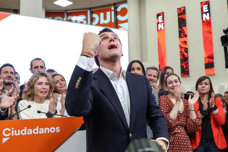El presidente de Ciudadanos, Albert Rivera, durante su comparecencia este lunes en la sede del partido, en Madrid, en la que ha anunciado su dimisión como líder de la formación naranja tras los resultados de las elecciones del 10-N. EFE/Rodrígo Jiménez