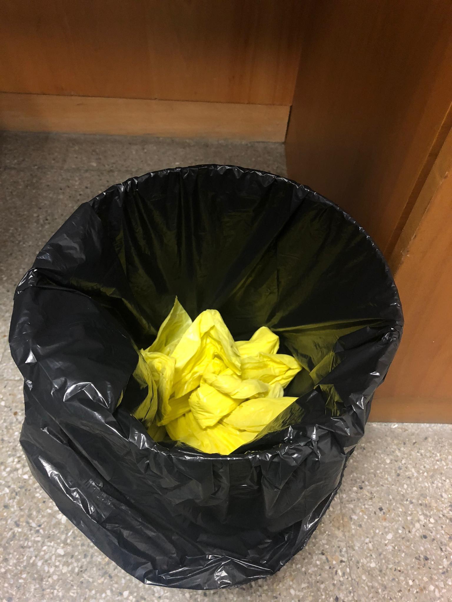 Una papelera con los lazo amarillos que Cayetana Álvarez de Toledo retiró de TVE.