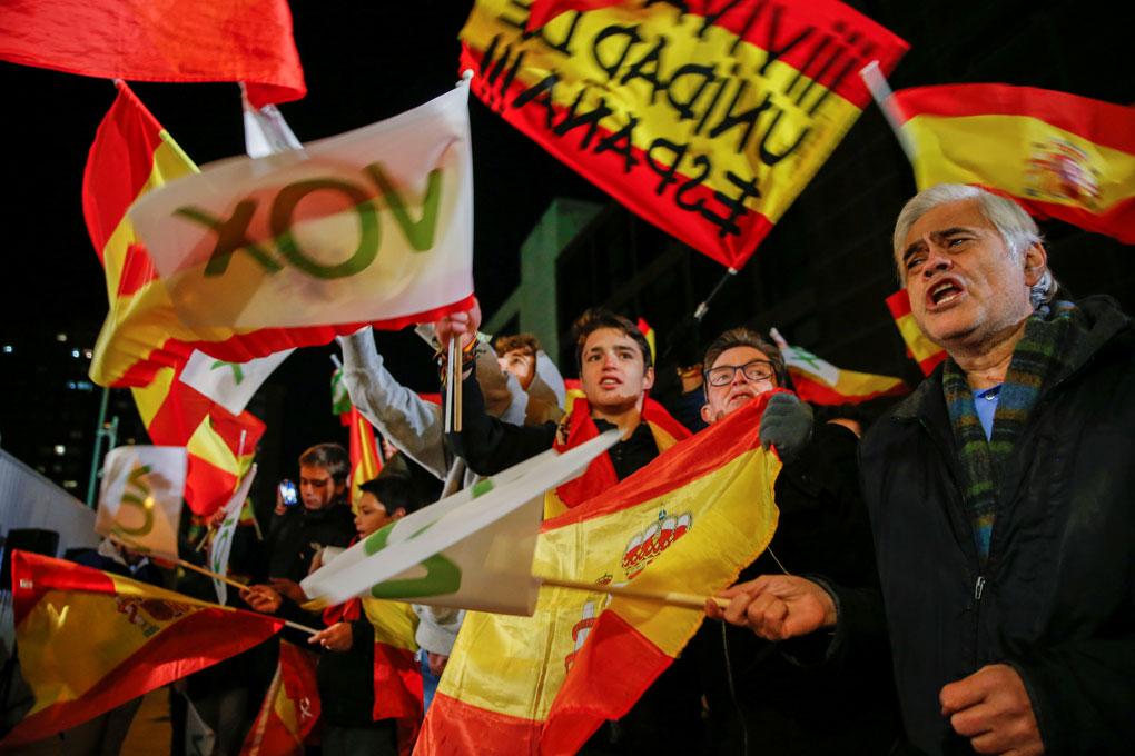 Simpatizantes de Vox, en el exterior de la sede del partido en Madrid durante el seguimiento de la noche electoral del 10-N. REUTERS/Susana Vera