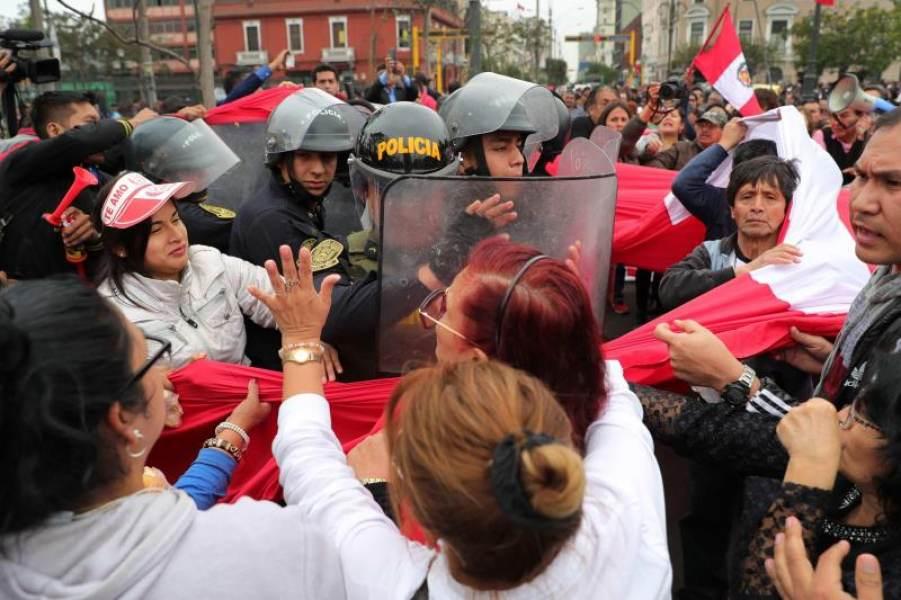 Cientos de personas protestan en Lima contra la disolución del Congreso peruano. EFE