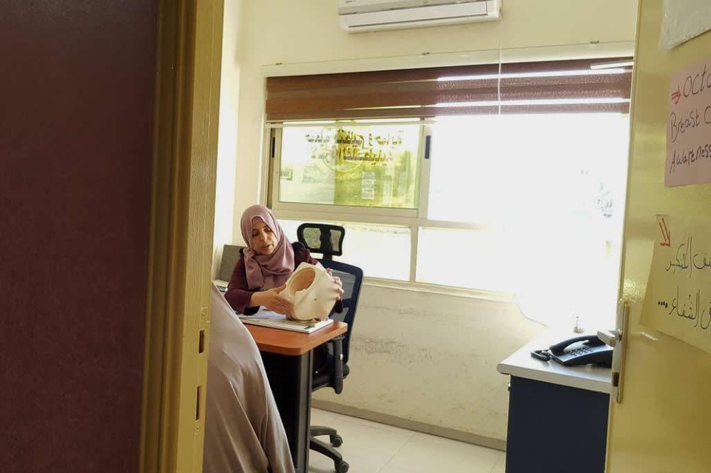 Una mujer en una consulta de una clñinica en Hebrón.