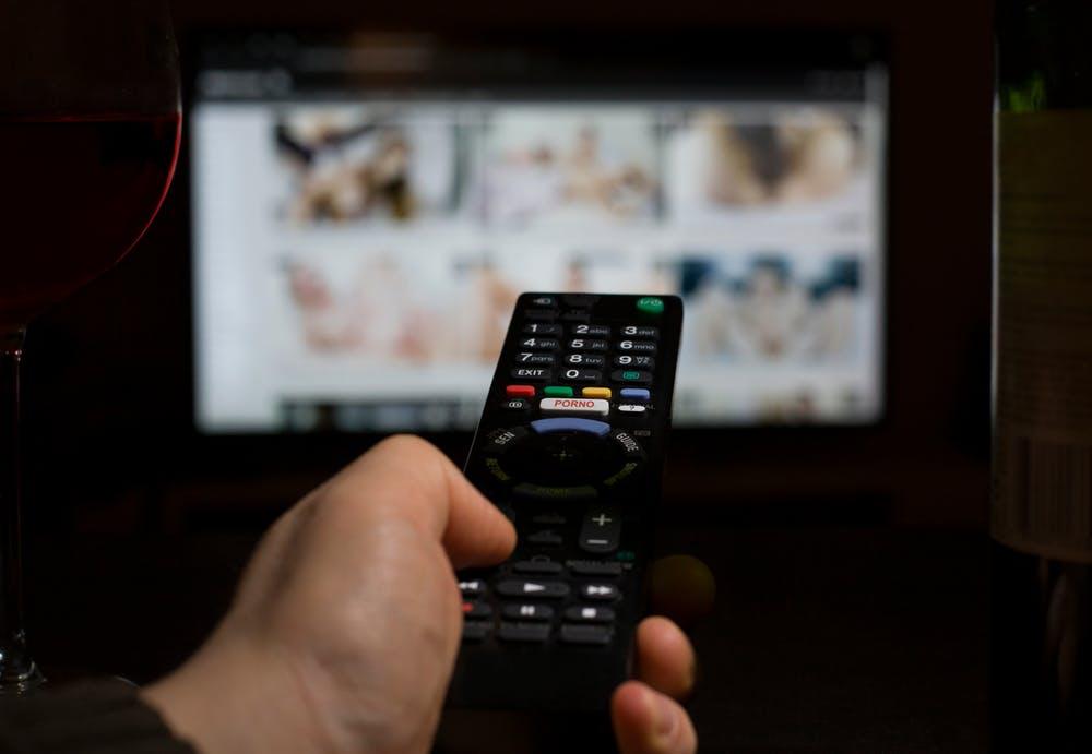 Los usuarios cada vez eligen formas más violentas de pornografía. Esto puede deberse al efecto desensibilizador del consumo habitual. (Shutterstock)