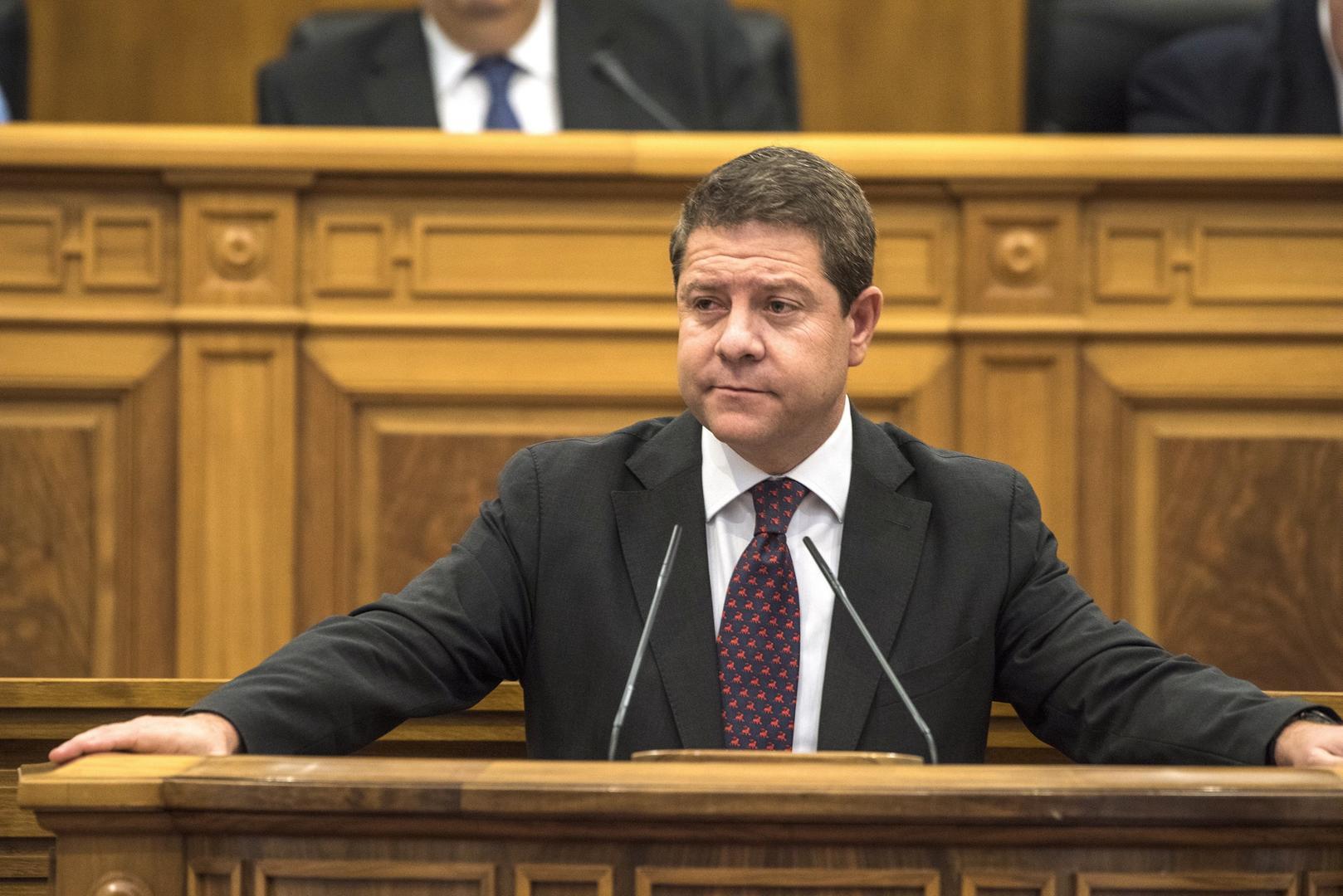 El presidente de Castilla-La Mancha, Emiliano García-Page, en la tribuna del Parlamento autonómico. EFE