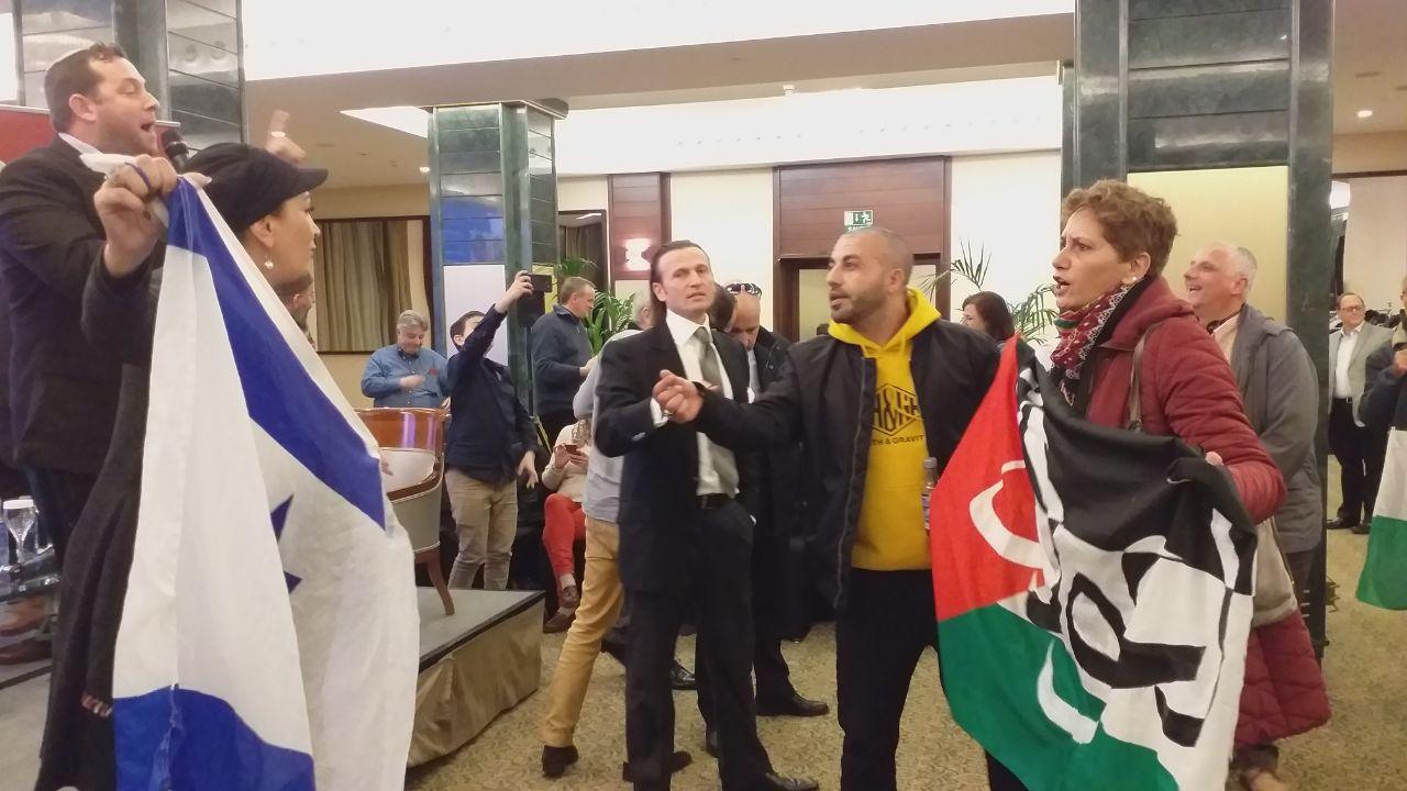 Los activista por los DDHH en Palestina se enfrentan a simpatizantes pro-israelíes durante el acto de Vox.