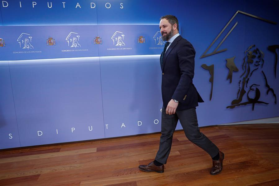 El presidente de Vox, Santiago Abascal, momentos antes de realizar unas declaraciones en el Congreso de los Diputados. EFE