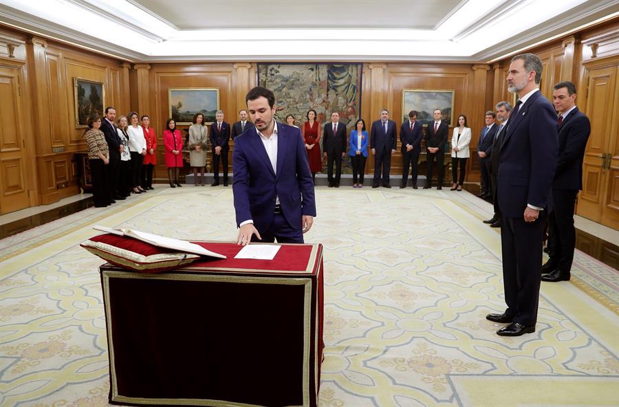 El nuevo ministro de Consumo, Alberto Garzón, promete su cargo durante el acto de toma de posesión de los integrantes del nuevo Gobierno de Pedro Sánchez, en el Palacio de la Zarzuela. EFE/Emilio Naranjo