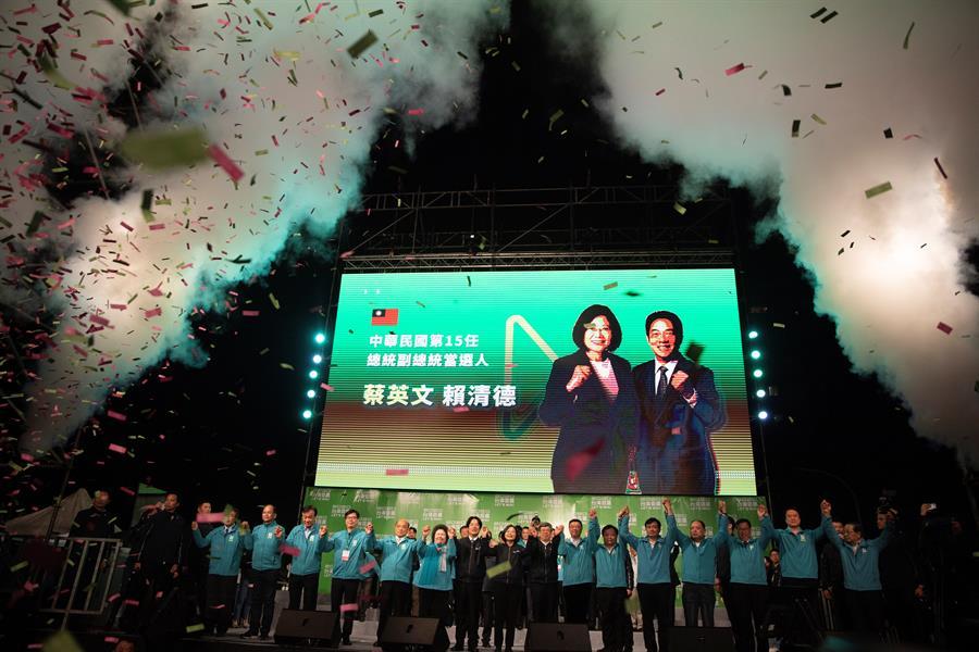 La presidenta de Taiwán, Tsai Ing-wen (c), celebra su triunfo en las elecciones del pasado fin de semana al frente del gobernante Partido Democrático Progresista. EFE / EPA