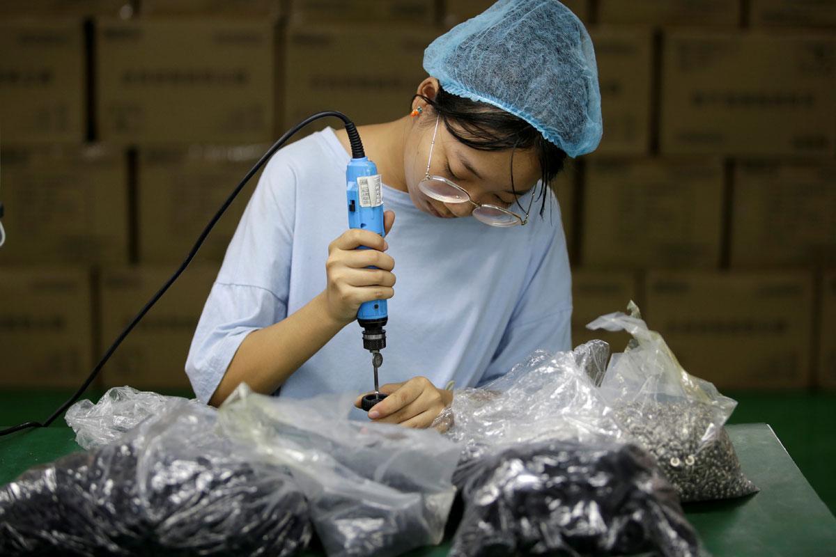 Una trabajadora de una fábrica de robots aspiradores en la ciduad china de Shenzhen. REUTERS/Jason Lee
