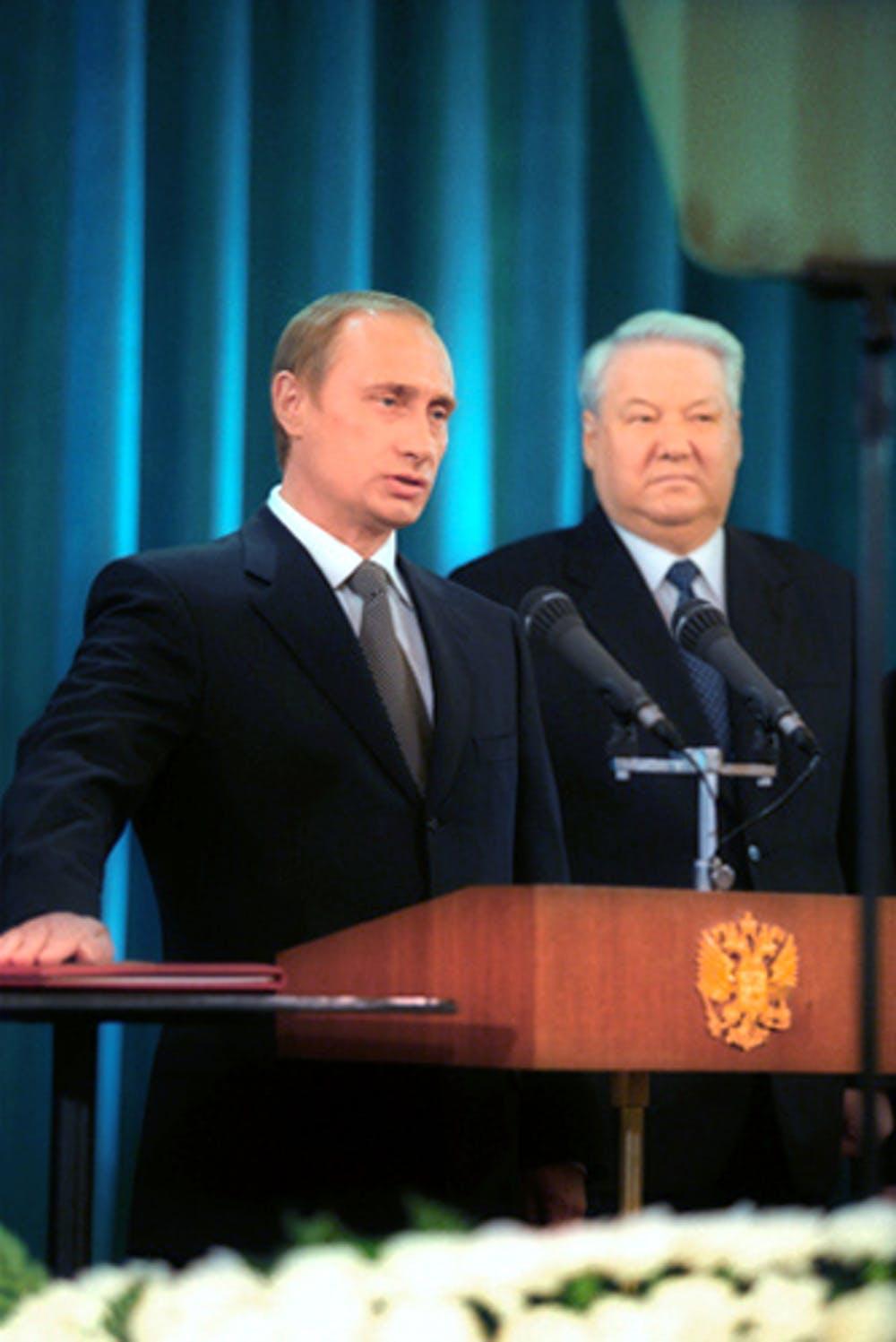 Vladimir Putin prestando juramento como presidente de Rusia junto a Boris Yeltsin el 7 de mayo de 2000. Kremlin.ru, CC BY