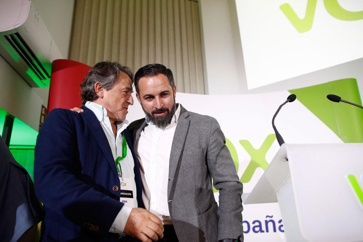 Hermann Tertsch con el presidente de Vox, Santiago Abascal, la noche electoral del 26-M. E.P./Eduardo Parra