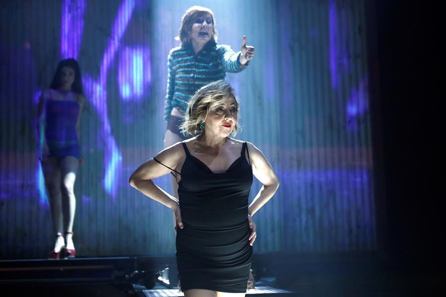 La actriz Carmen Machi, durante el pase gráfico de la obra teatral 'Prostitución' en el Teatro Español. EFE/Mariscal