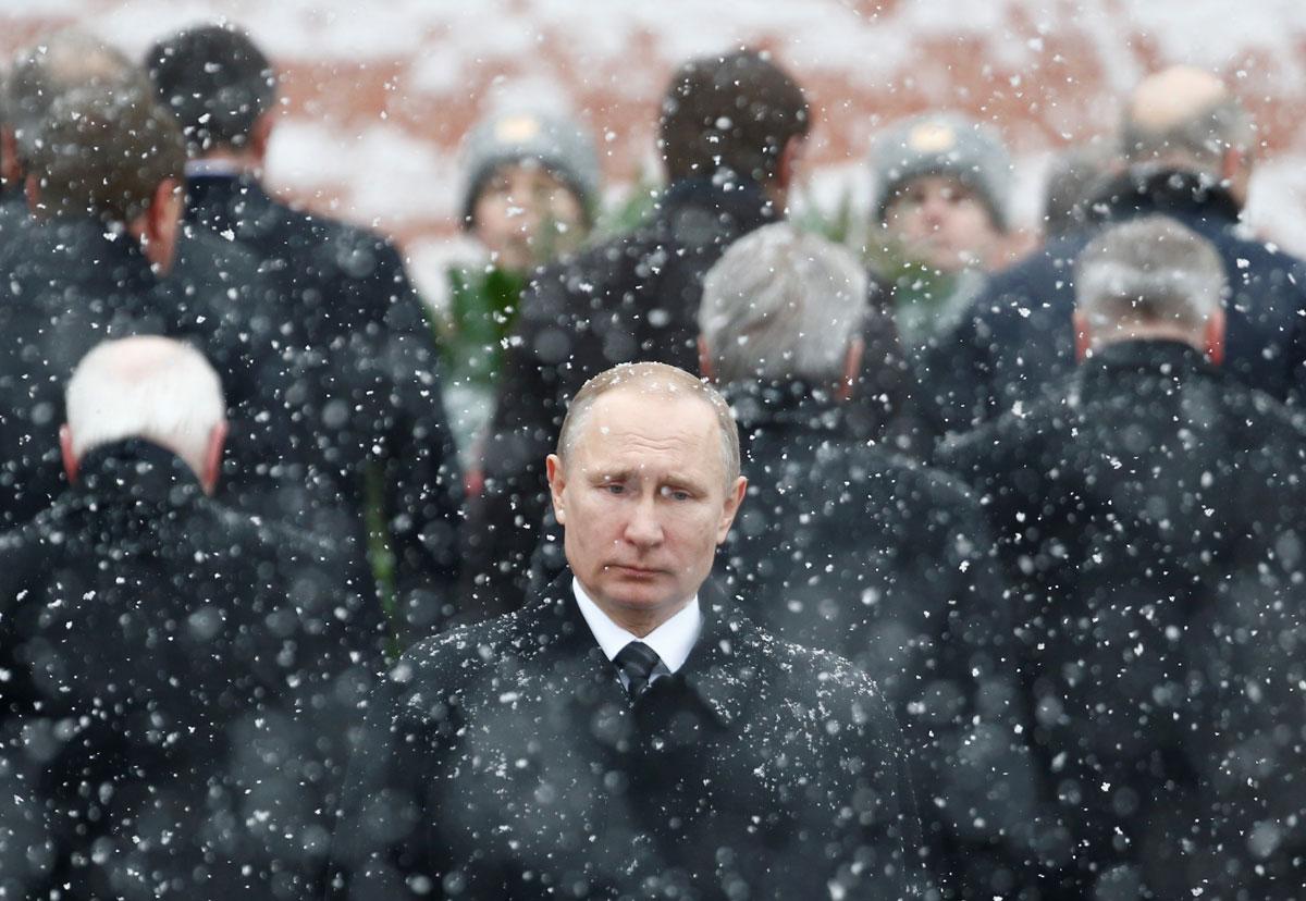 Foto de archivo de febrero de 2017 del presidente ruso Vladimir Putin, en la ceremonia del Día del Defensor de la Patria, en la Tumba del Soldado Desconocido junto al muro del Kremlin en Moscú