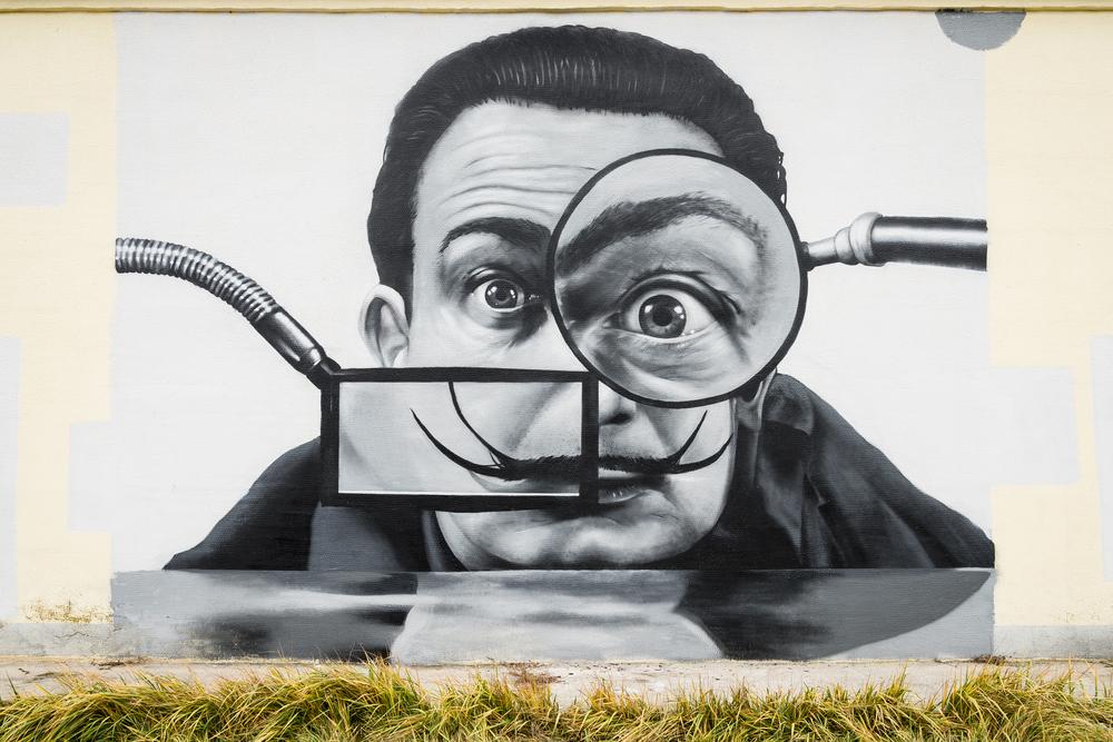 Fotografía de un grafiti callejero que retrata a Salvador Dalí en Vitebsk, Bielorrusia. kavzov / shutterstock