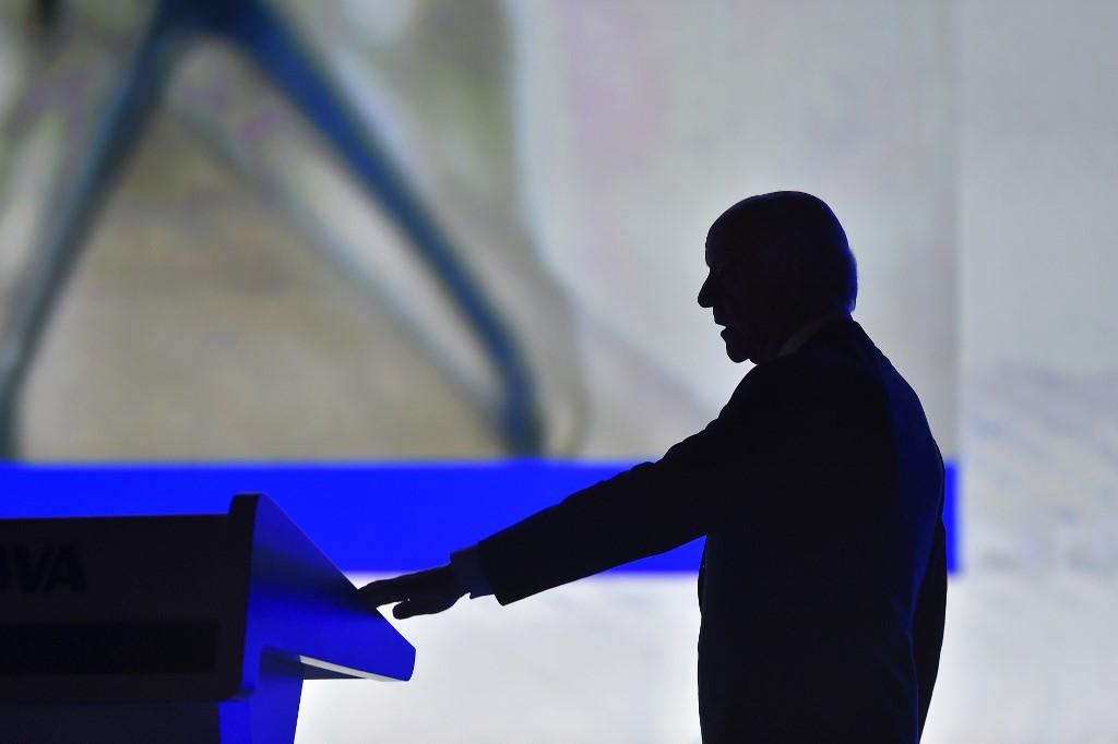 La imagen sombreada del entonces presidente de BBVA, Francisco Gonzalez, en la última junta de accionistas del banco en la que estuvo presente, en marzo de 2018. AFP/Ander Gillenea