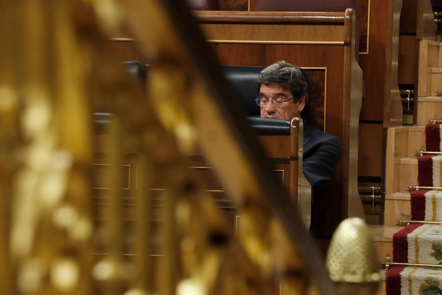 El nuevo ministro de Inclusión, Seguridad Social y Migraciones, José Luis Escrivá, en su escaño en el pleno del Congreso. EFE/Zipi