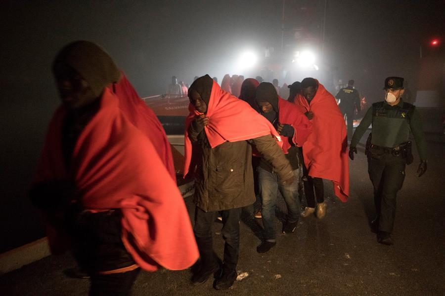 Migrantes de origen subsahariano, en el puerto de Motril, tras ser rescatados por Salvamento Marítimo cuando navegaban en una patera en las cercanías de la isla de Alborán. EFE/Miguel Paquet