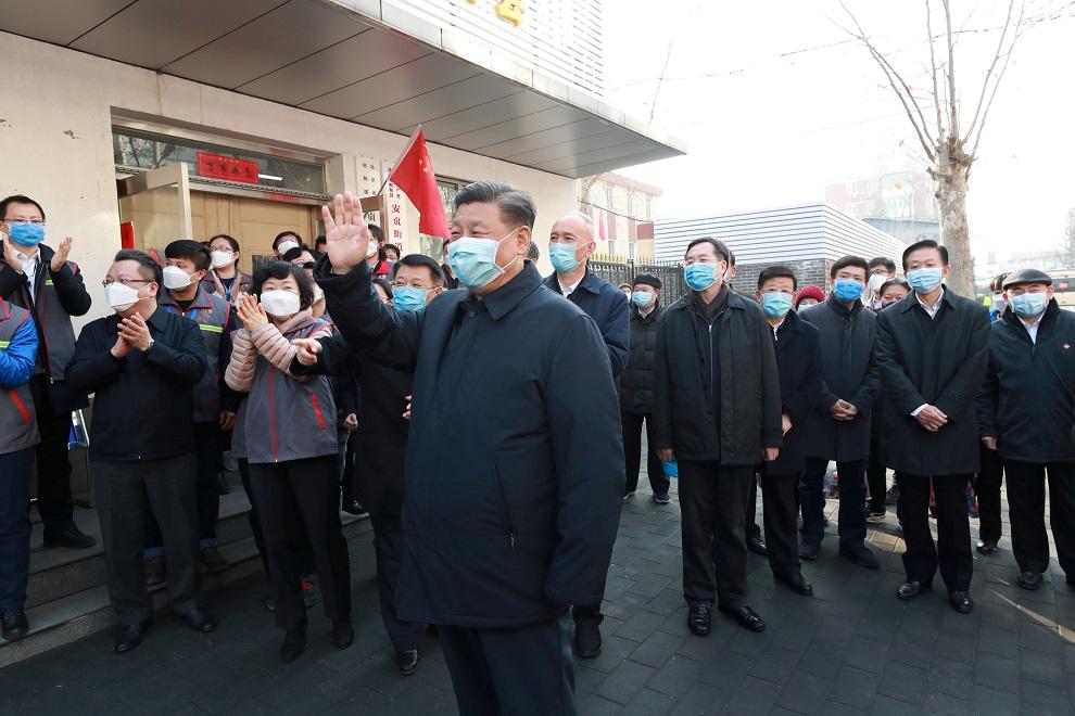 El presidente chino, Xi Jinping (con máscara, como el resto de las personas), en un centro de investigación sobre el coronavirus, en Pekín. REUTERS