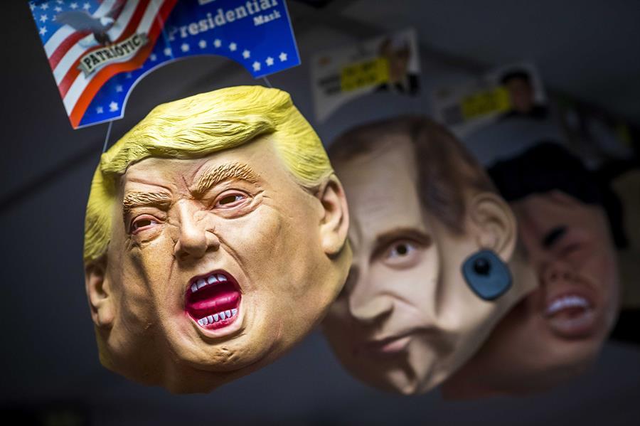 Una máscara de Donald Trump, entre otras para el carnaval, en un puesto en la localidad nolandesa de Maastricht. EFE/EPA/MARCEL VAN HOORN