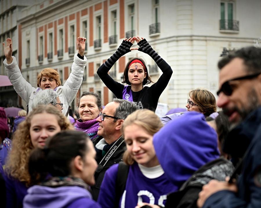 Participantes en una cadena feminista, convocada por la Comisión del 8M, para denunciar los diferentes tipos de violencias a los que se enfrentan las mujeres. EFE/Fernando Villar