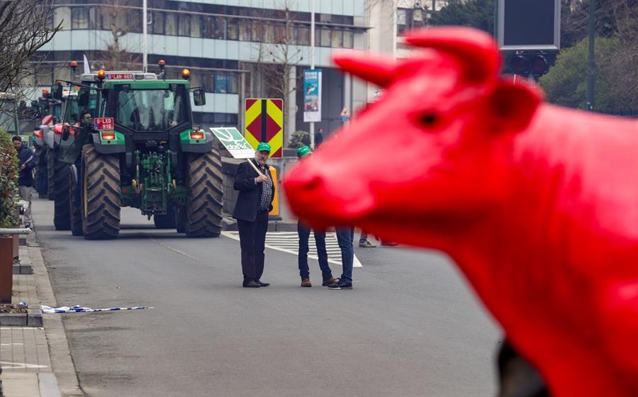 Agricultores protestan en el barrio Europeo de Bruselas, con motivo de la cumbre de la UE para intentar acercar posiciones sobre el presupuesto comunitario entre 2021 y 2027. EFE/ Olivier Hoslet