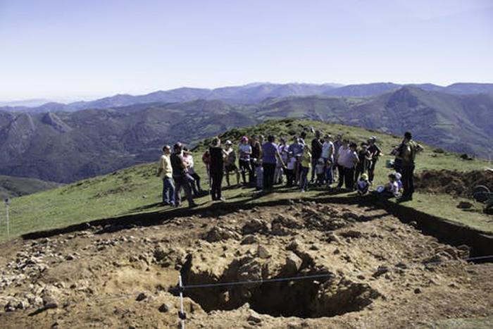 Visita del alumnado y los padres a las excavaciones del monumento megalítico del Cuernu (Vigaña, Balmonte de Miranda). Actividad de inicio del proyecto ConCiencia Histórica. Grupo de Investigación Llabor (Universidad de Oviedo)., Author provided