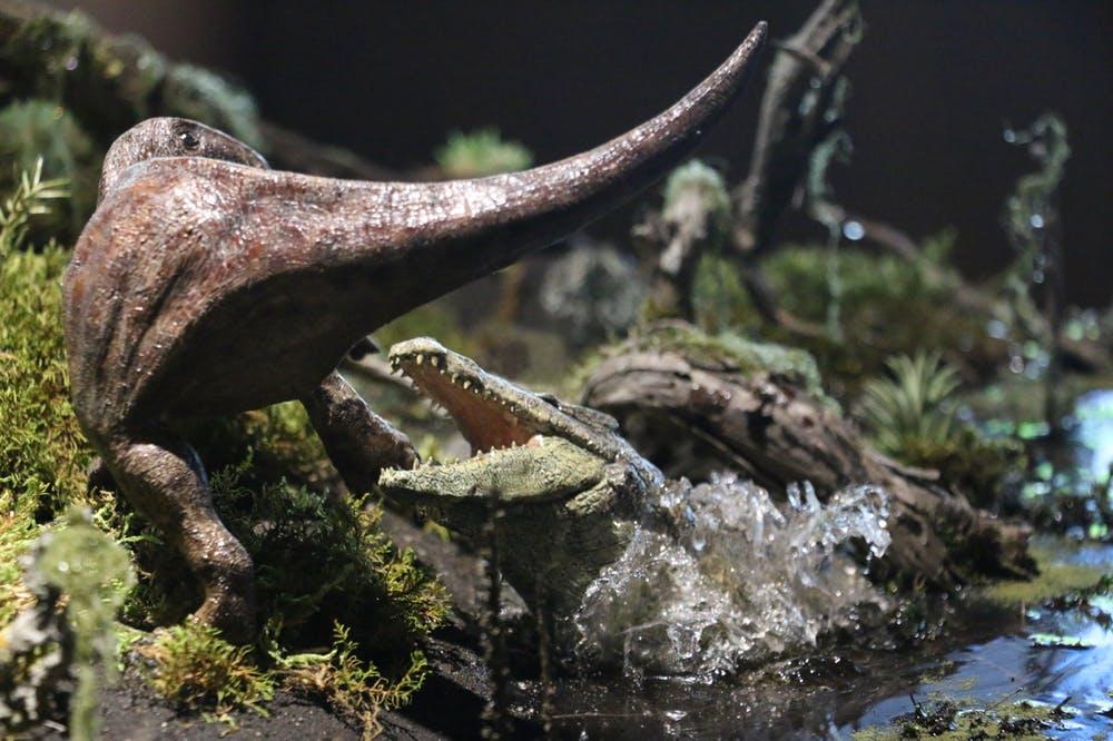 Reconstrucción de un cocodrilo cazando una cría de dinosaurio. Dinópolis, Author provided